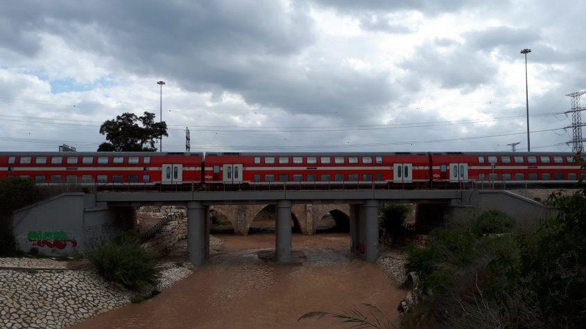 גשר עד הלום: רכבת חולפת מעל נחל לכיש. צילום: דור גפני