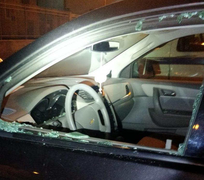 אחת המכוניות ששמשותיה נופצו במהלך שבת ברובע ז. צילום: דוברות המשטרה