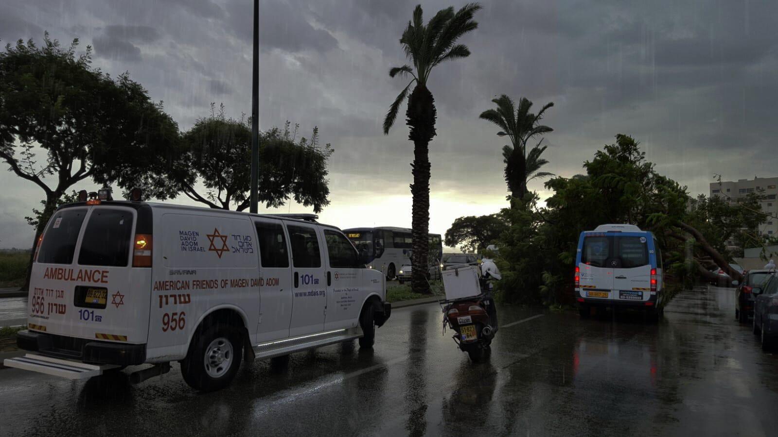 """גשם סערה מד""""א אמבולנס תאונת דרכים צילום: דוברות מד""""א"""