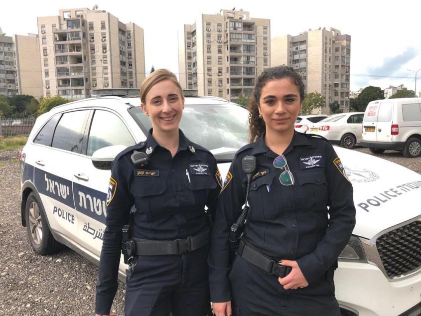 """השוטרות (מימין לשמאל) רס""""ל ויקי יוסיפוב ורס""""ל יערית קוגן. צילום: דוברות המשטרה"""