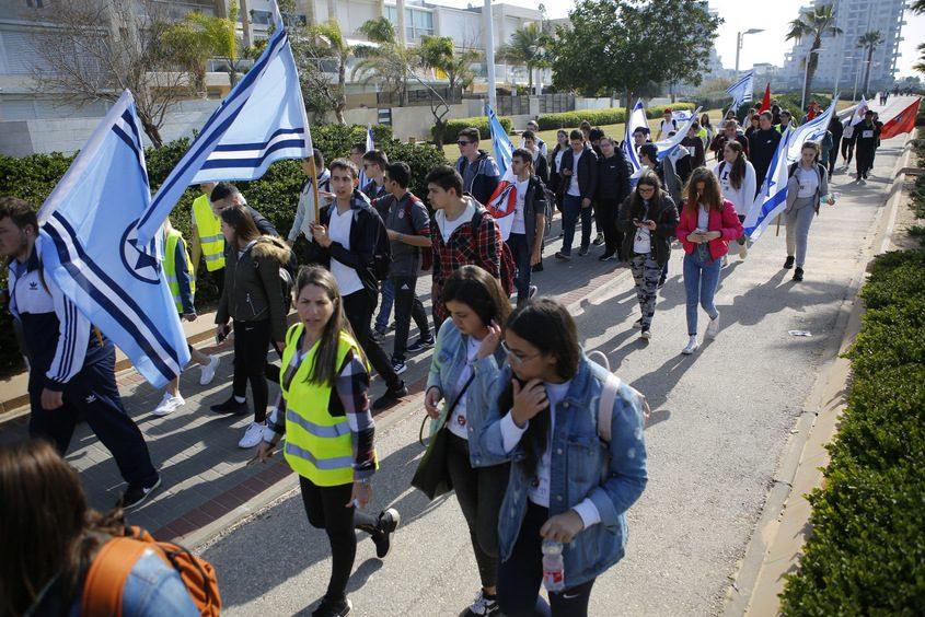 תלמידי מקיף א׳ צועדים לזכרו של סרן דני אוברסט ז״ל. צילום: פבל
