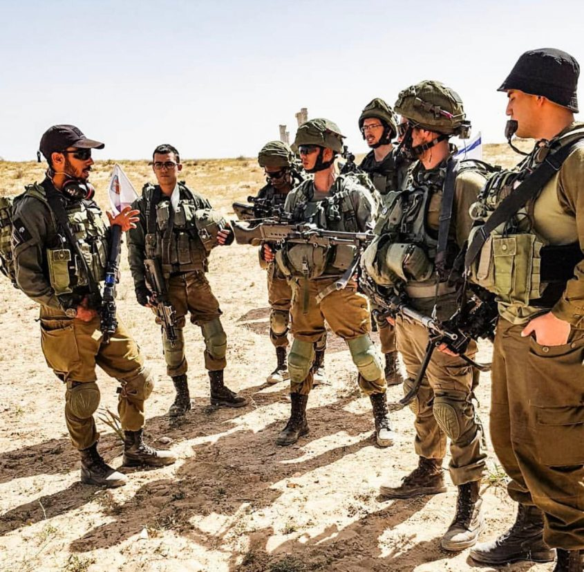 """סגן ירין בוזגלו וחיילים. צילום: דובר צה""""ל"""