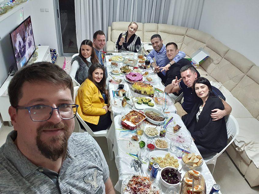 אוליה ויבגי קידינוב חוגגים שנה חדשה עם חברים. ציום: יבגי קידינוב