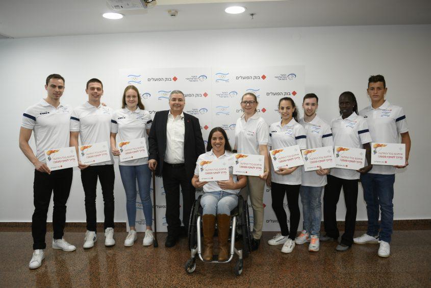 אריק פינטו עם הספורטאים המאומצים באדיבות: עמית שיסל הוועד אולימפי בישראל
