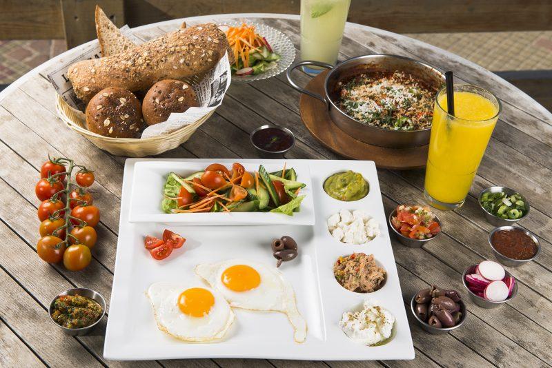 ארוחת מושלמת על חוף הים באשדוד. צילום: עידו גור