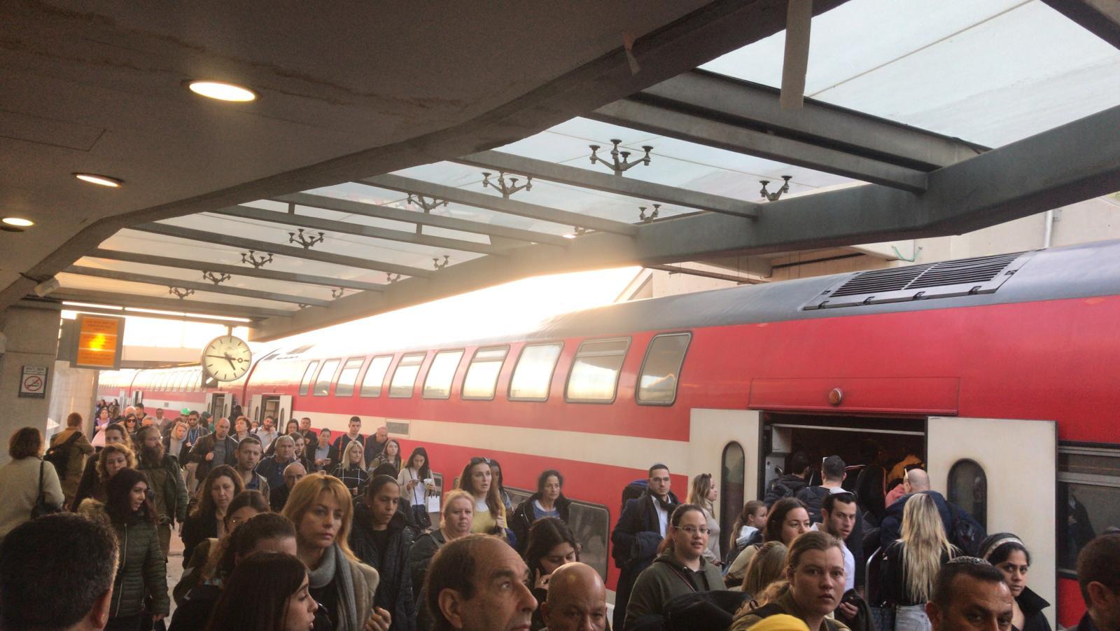 בתחנת רכבת יבנה ובשאטל צילום נאור אזרזר