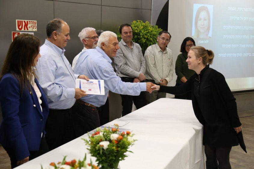 """ילנה סובין, מצטיינת באלתא 2018 מקבלת פרס מידי מנכ""""ל אלתא יואב תורג׳מן. צילום: יח""""צ תעשייה אווירית"""