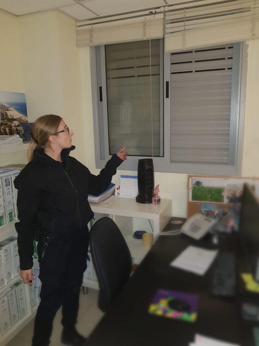 שוטרת בבית העסק. צילום: דוברות המשטרה
