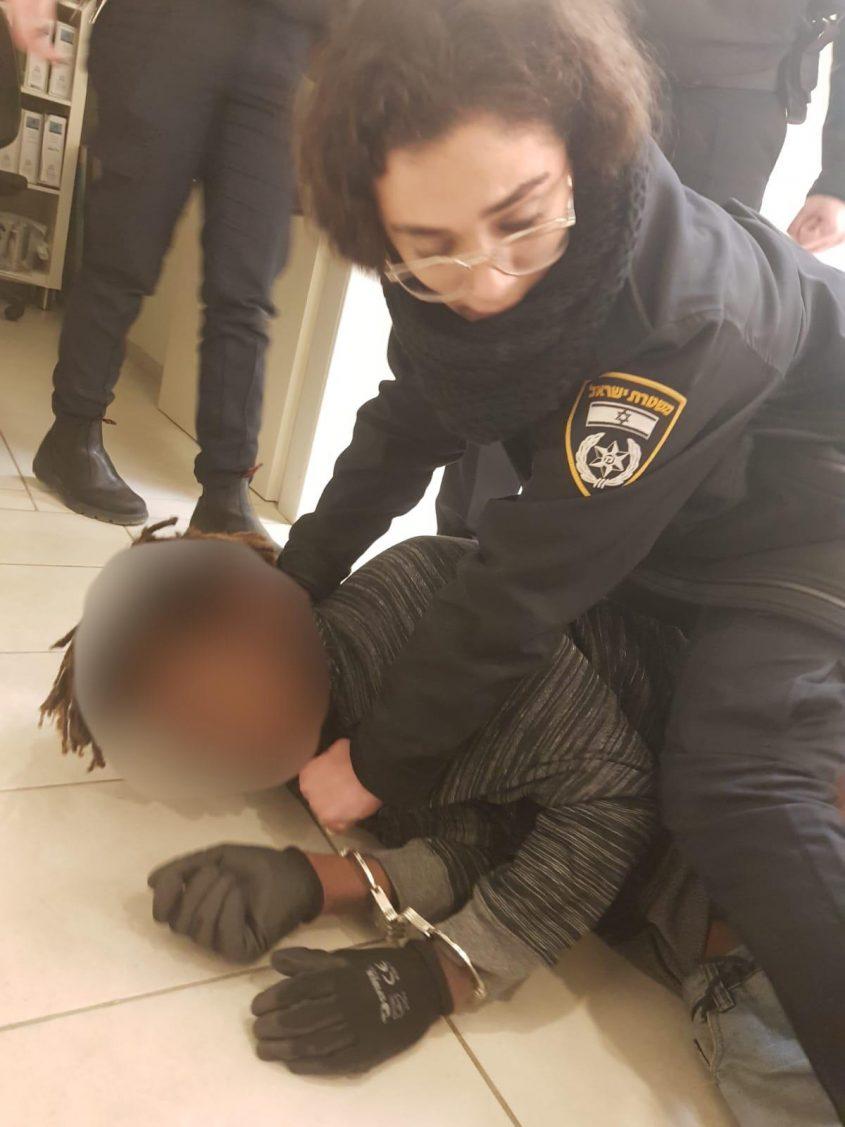 """שוטרת הסיור רס""""ל ויקי יוסיפוב משתלטת על הפורץ. צילום: דוברות המשטרה"""