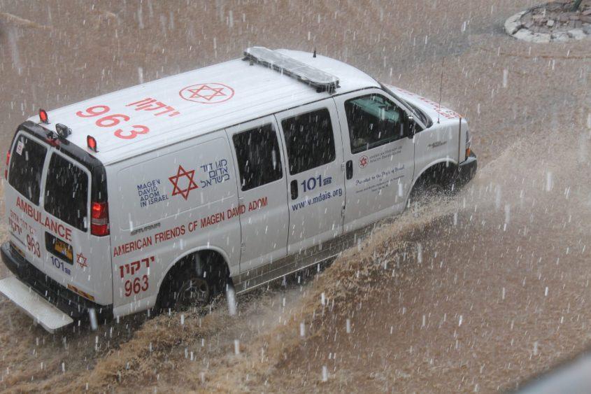 """אמבולנס מד""""א בגשם. צילום: דוברות מד""""א"""