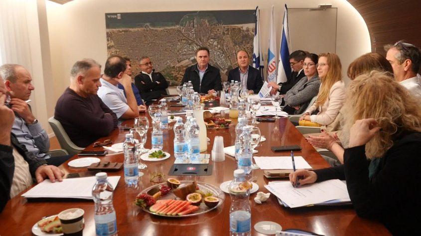 הישיבה בלשכתו של לסרי בהשתתפות שר התחבורה. צילום: עיריית אשדוד