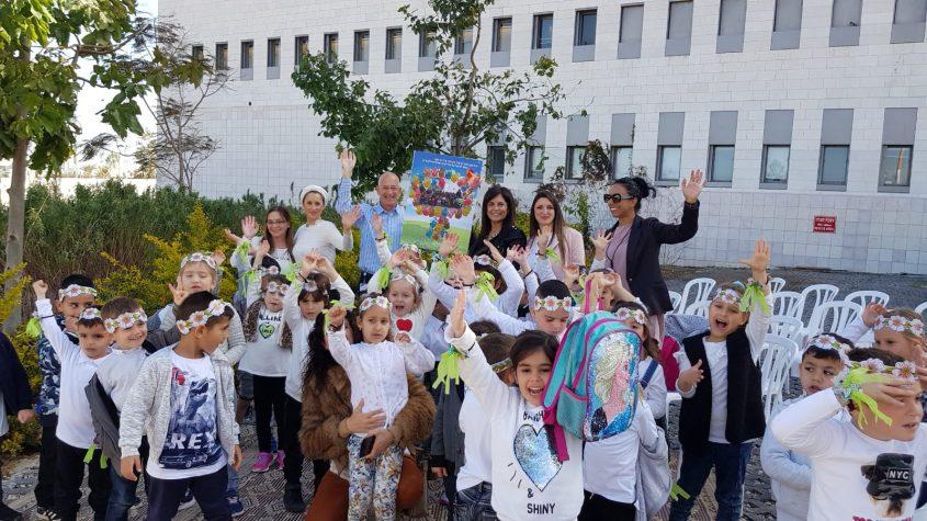 נטיעות ילדי הגן בבית החולים אסותא. צילום: עיריית אשדוד