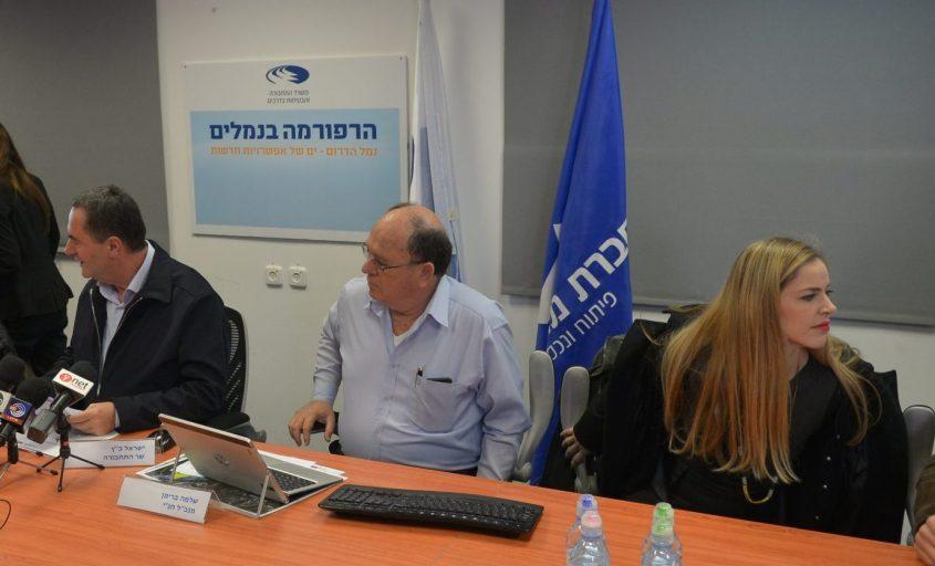 """משמאל: שר התחבורה כ""""ץ, מנכ""""ל חנ""""י שלמה ברימן ודוברת החברה נגה בן שושן. צילום: אורי קריספין"""