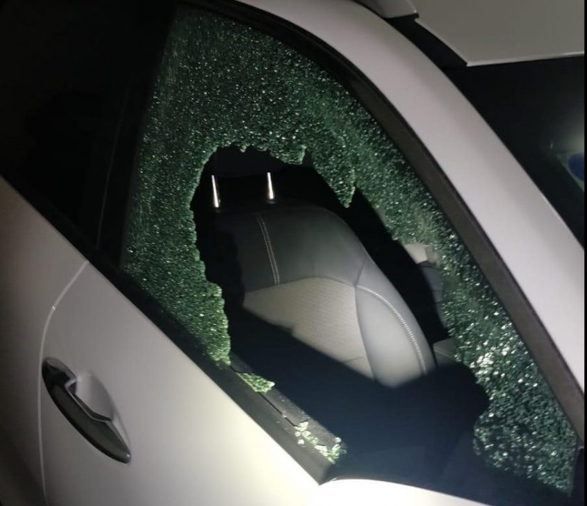 אחת המכוניות ששמשתה נופצה, הערב באזור ז. צילום: דוברות המשטרה