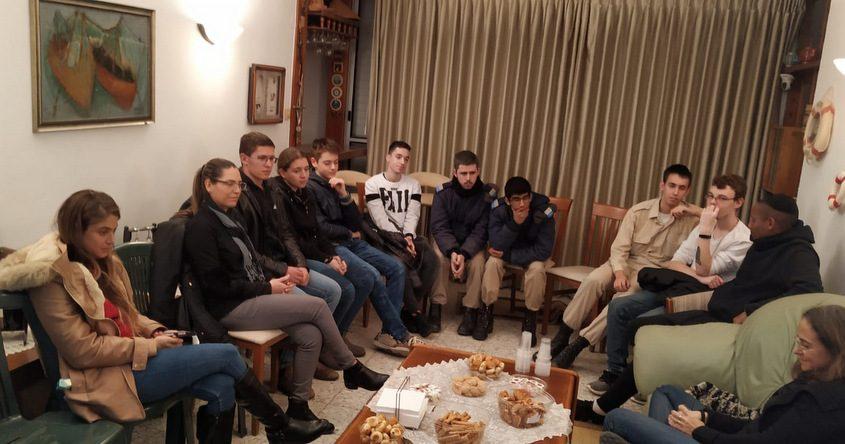 תלמידי מקיף א׳ בביקור אצל משפחת סרן דני אוברסט ז״ל. צילום: תום אליאנקי