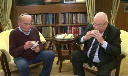 """דודו דוגו לייטנר והנשיא ריבלין אוכלים פלאפל. צילום אבי קנר, אורי בוזגלו/לע""""מ"""