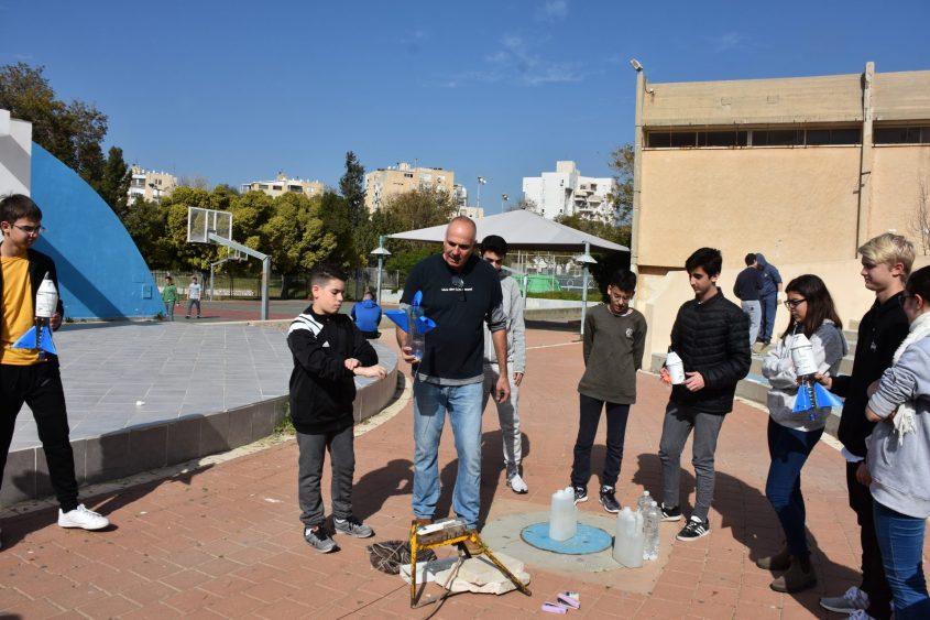 אלון המרצה מתפעל את הטיל עם תלמידי המקיף באדיבות: מקיף ג' אשדוד