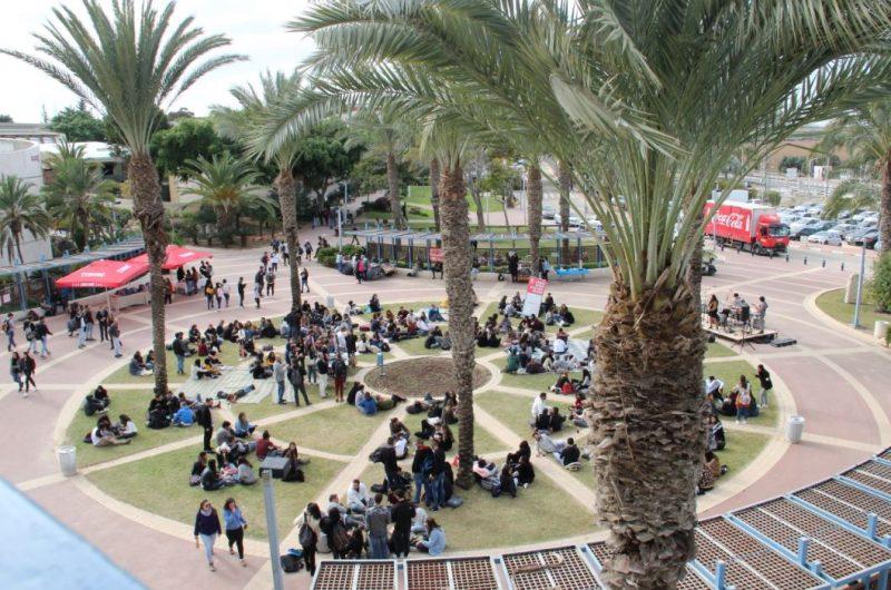 """הכיכר המרכזית ב""""המכללה האקדמית ספיר"""". צילום: יובל דולב."""