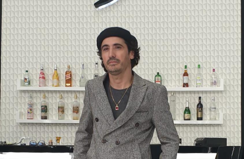 אריק משעלי קונה חליפת ״פיגאל״. צילום: דנה גרשקו