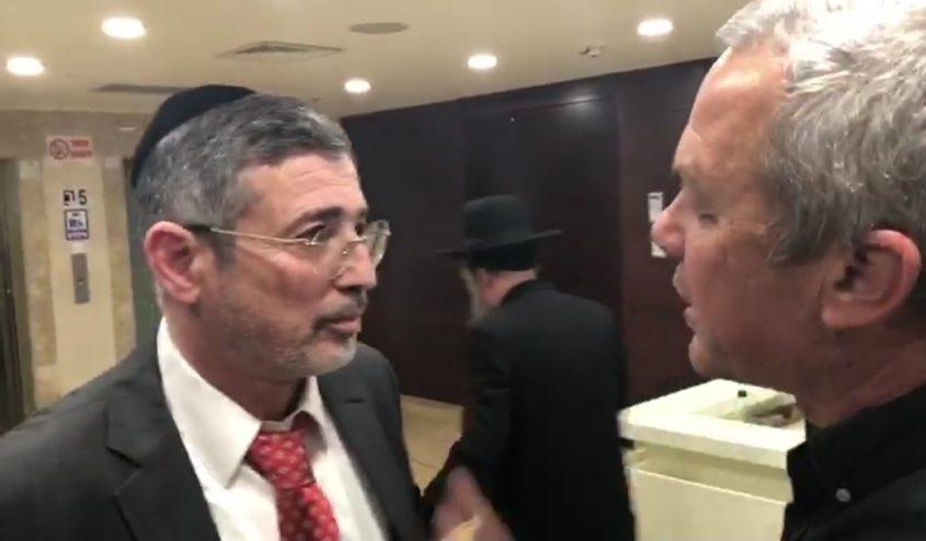 """""""אתה גנב"""". שאול כהן ויהודה אבידן. צילום: מייק וייצמן"""