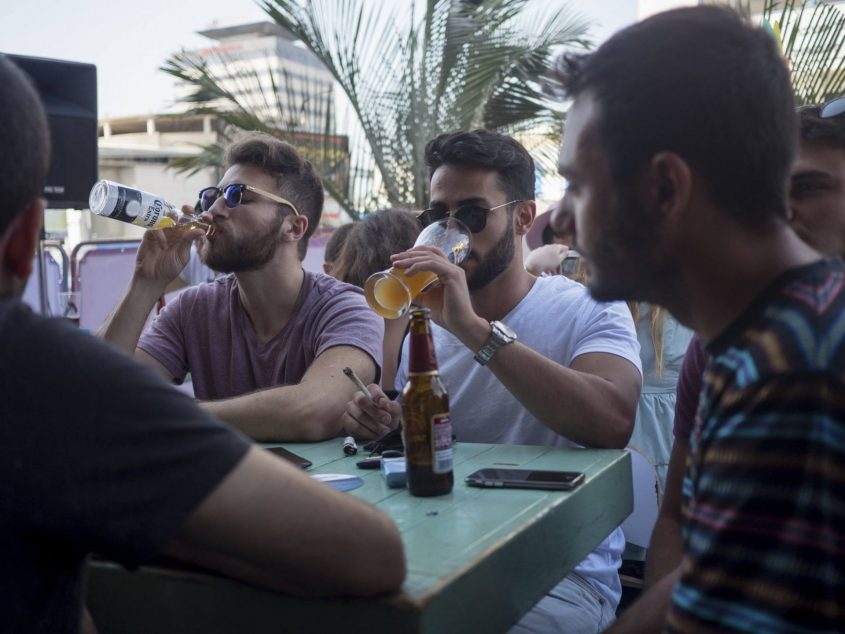 מסיבת שישי צהריים בבר ״שלומפר״. צילום: פבל