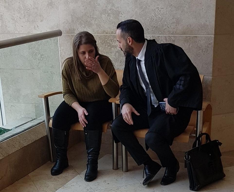 מוררו בבית המשפט עם עורך דינה צילום: אסף פוזילוב