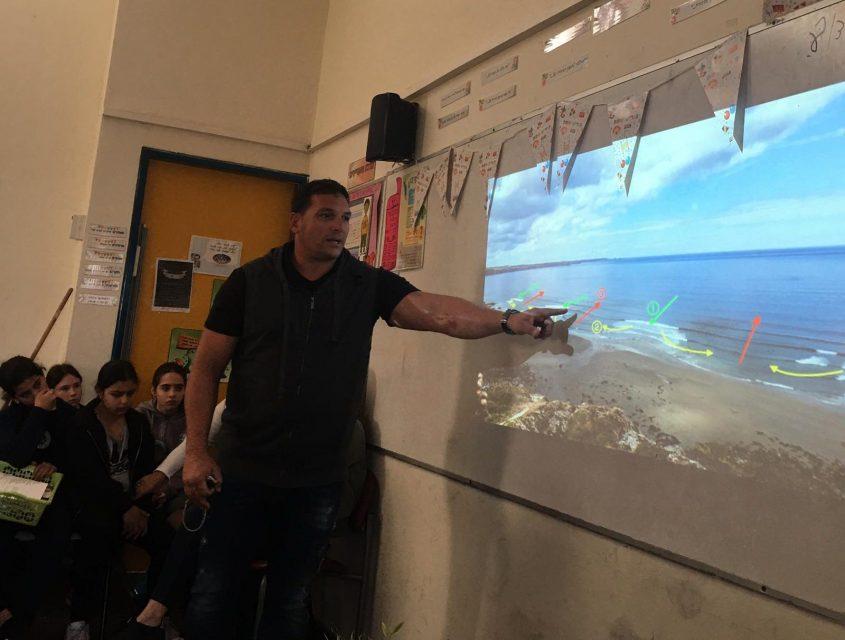 המציל דודו כהן מסביר לילדים. צילום: אגף החופים-עיריית אשדוד