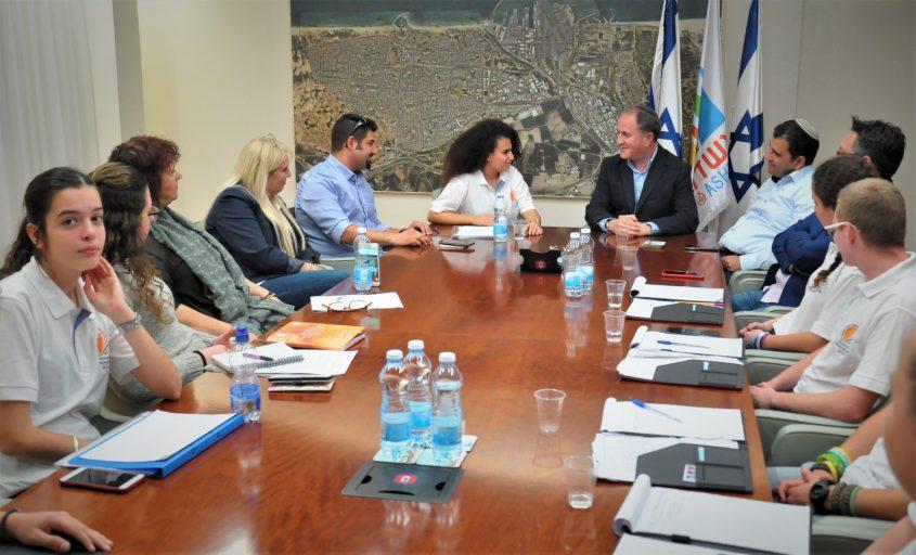 """בני נוער מתנדבים במפגש עם ראש העיר ד""""ר יחיאל לסרי. צילום: עיריית אשדוד"""