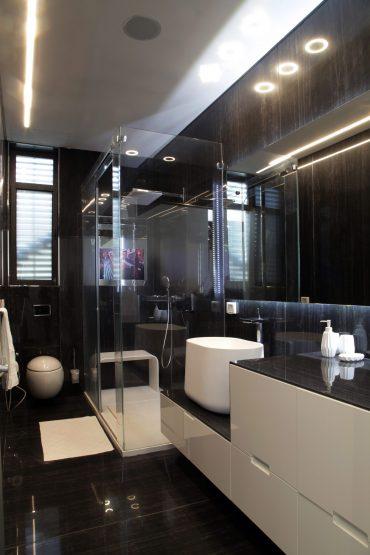 מקלחת הורים עם אריחים בגודל מטר על שלוש תוצרת איטליה. צילום: עודד סמדר