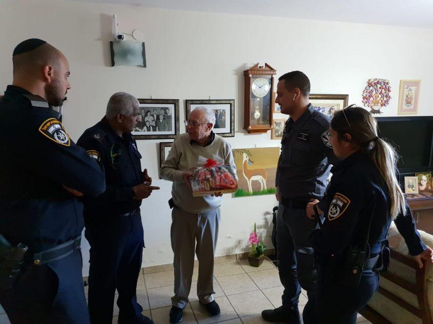 שוטרים ופקחים עם אחד האזרחים המבוגרים שביקרו היום. צילום: דוברות המשטרה