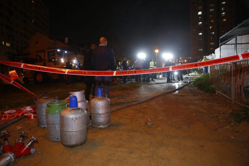 היה עלול להפוך לאסון רב נפגעים: בלוני גז בקרבת מקום הפיצוץ ברח' מרטין בובר. צילום: פבל