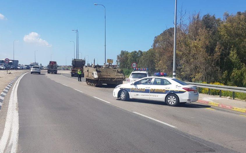 """ניידות משטרה חוסמת את נתיב הנסיעה ליד הנגמ""""ש. צילום: דוברות המשטרה"""