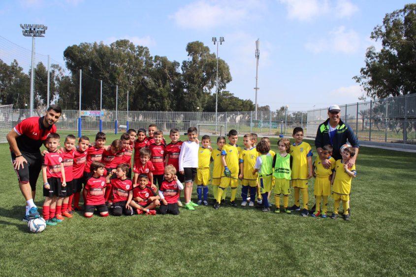 ילדי בתי הספר לכדורגל. צילום: מיכאל בן עזרא.