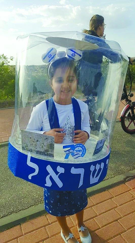 תחפושות בשנה שעברה: הילה טל בת 6 תחפושת כחול לבן בסימן 70 שנה למדינה ביה_ס חמ_ד טו' החדש כיתה א' תחפשות עשויה עצמאית