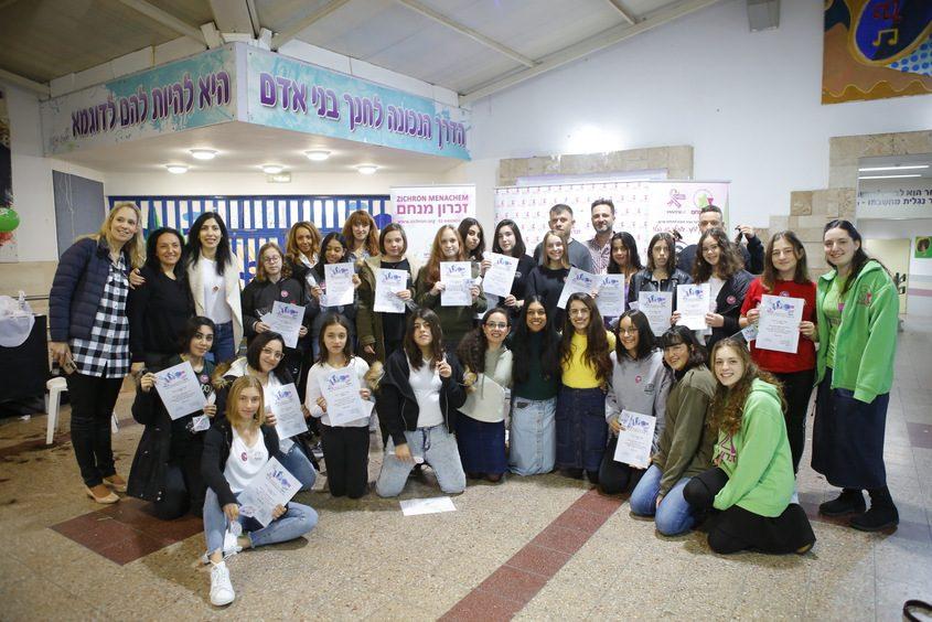 עשרות תלמידות תורמות שיער יחד עם צוות ההוראה של מקיף ז׳, עמותת ״זכרון מנחם״ וצוות מעצבי שיער של יאיר חנונה מבית ״רפאל״. צילום: פבל