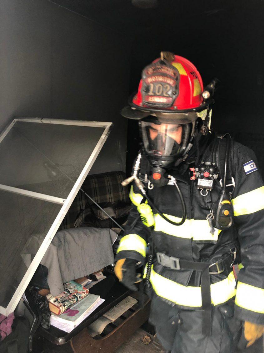 לוחם אש בזירת השריפה. צילום: דוברות כבאות והצלה