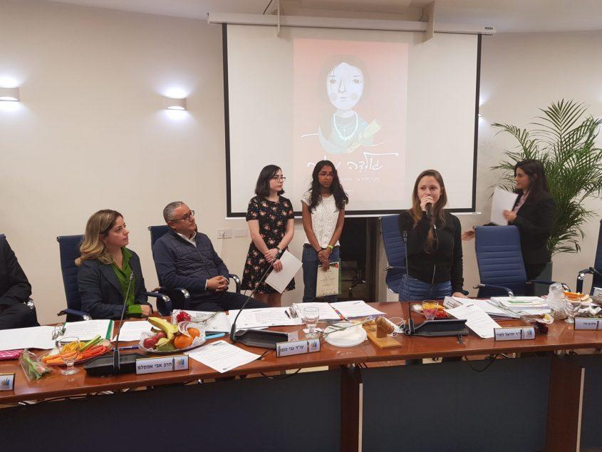 התלמידות המצטיינות בפגישה במועצת העיר באדיבות: עיריית אשדוד