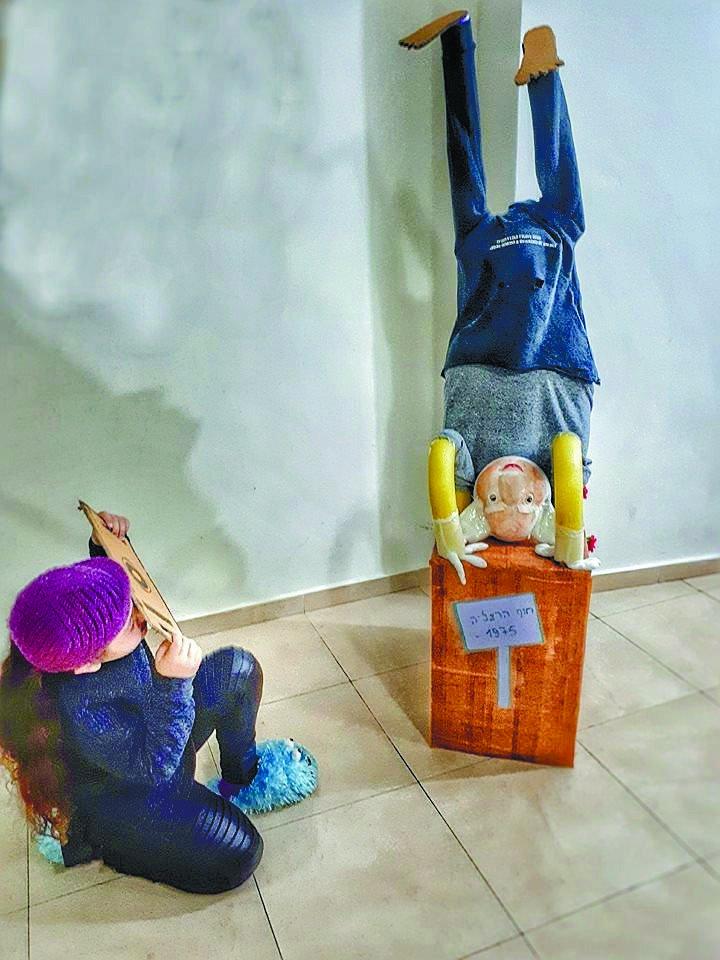 תחפושות משנה שעברה: בתחפושת בן גוריון על הראש עם הצלם שתיעד את התמונה. (הילדה השניה היא גוף התחפושת)