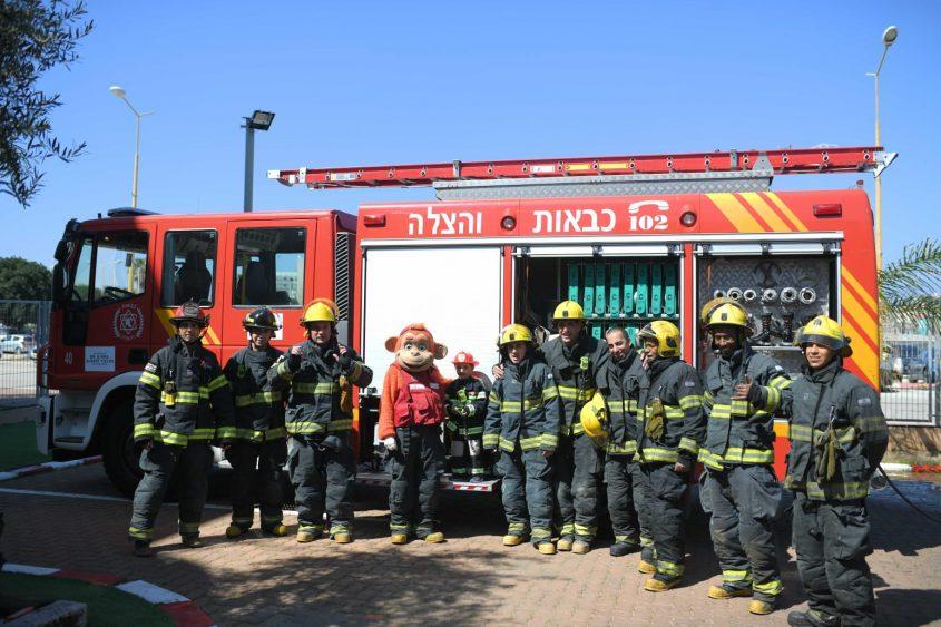 לידור עם כבאי תחנת אשדוד. צילום: דוברות כבאות והצלה