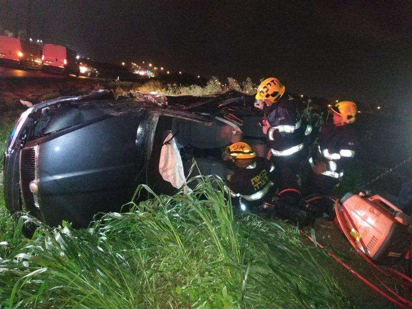 חילוץ הנהג הלכוד. צילום: דוברות כבאות והצלה
