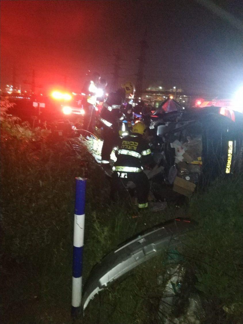 לוחמי אש בזירת התאונה. צילום: דוברות כבאות והצלה