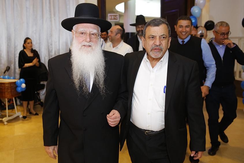 המוהל דוד בן מנחם עם הרב חיים פינטו. צילום: פבל