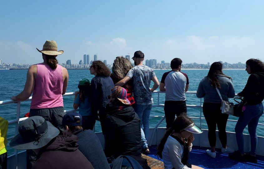 ההפלגה על הספינה, ברקע: אשדוד. צילום: דור גפני