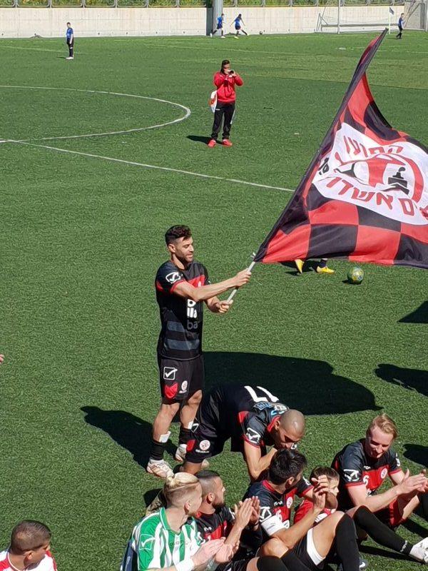 שלומי ארבייטמן עם דגל הקבוצה. צילום: ליאב אחאבן.