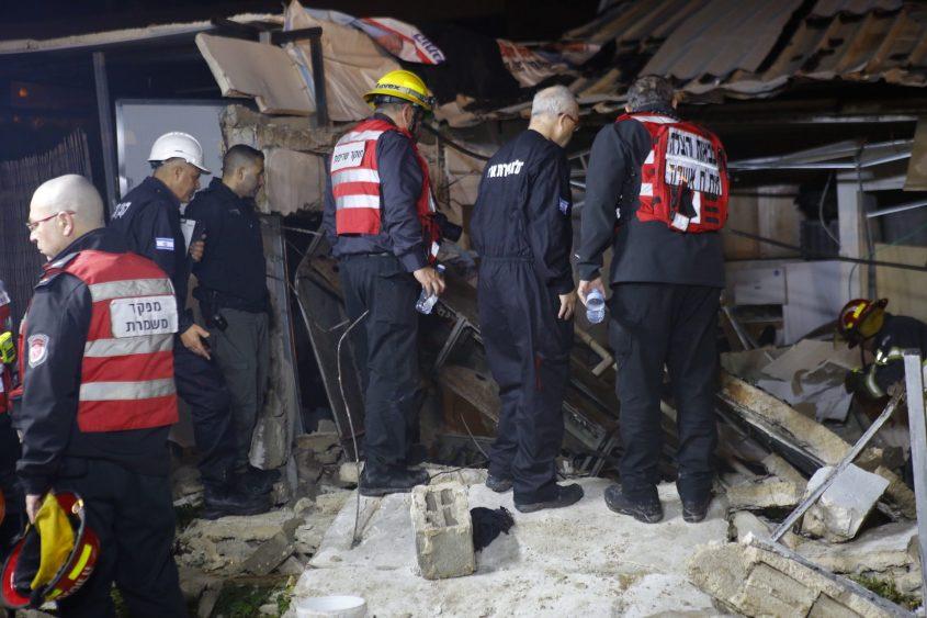 קצין החקירות הראשי של מערך הכבאות וההצלה טפסר רן שלף בודק את הזירה מקרוב. צילום: פבל