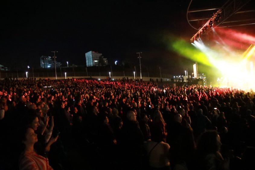 אלפי אנשים נהנים במסיבה של אתניקס באמפי אשדוד. צילום: גיל לוי לפוטו דויד אסייג