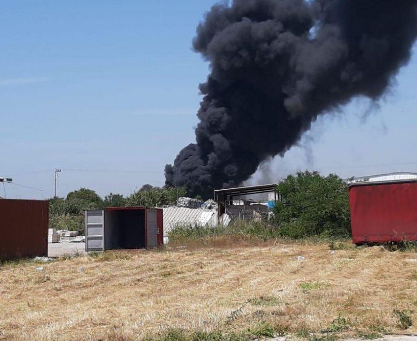 עדיין לא הושגה שליטה: עשן שחור מעל מוקד השריפה בשדה עוזיה. צילום: רובי נח