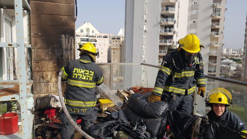 לוחמי האש מכבים את השריפה במרפסת הדירה ברח' מצדה. צילום: דוברות כיבוי והצלה