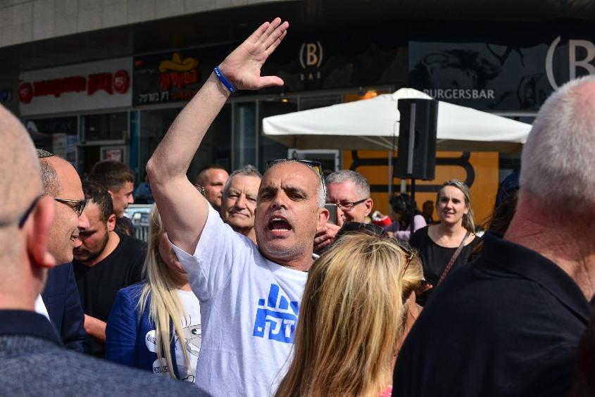 אורי אלקבץ ופעילי ליכוד נוספים בגן העיר במהלך יום הבחירות. צילום: אורי קריספין, אשדודנט