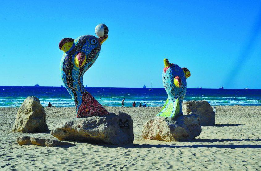 הדולפינים של הפסל והיוצר אדוארד דולקרט. צילום: אורי קריספין